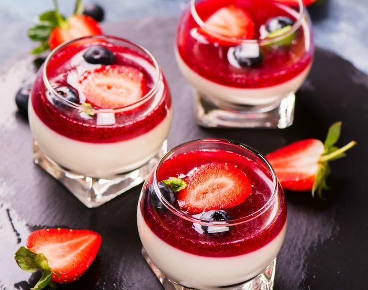 O panna cotta delicioasă cu fructe este desertul perfect pentru zilele când ai mânca un dulce de casă. Se face rapid şi din puţine ingrediente. Vezi reţeta!