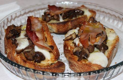 BRUSCHETTONE con funghi I manicaretti di nonna Lella http://blog.giallozafferano.it/graziagiannuzzi/bruschettone-con-funghi/