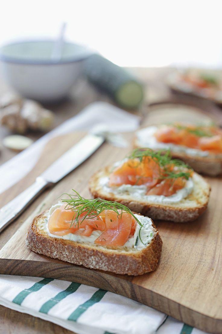 Le bruschette al salmone con salsa Tzatziki allo zenzero sono un leggero e fresco antipasto perfetto per un aperitivo o un buffet, adatto a