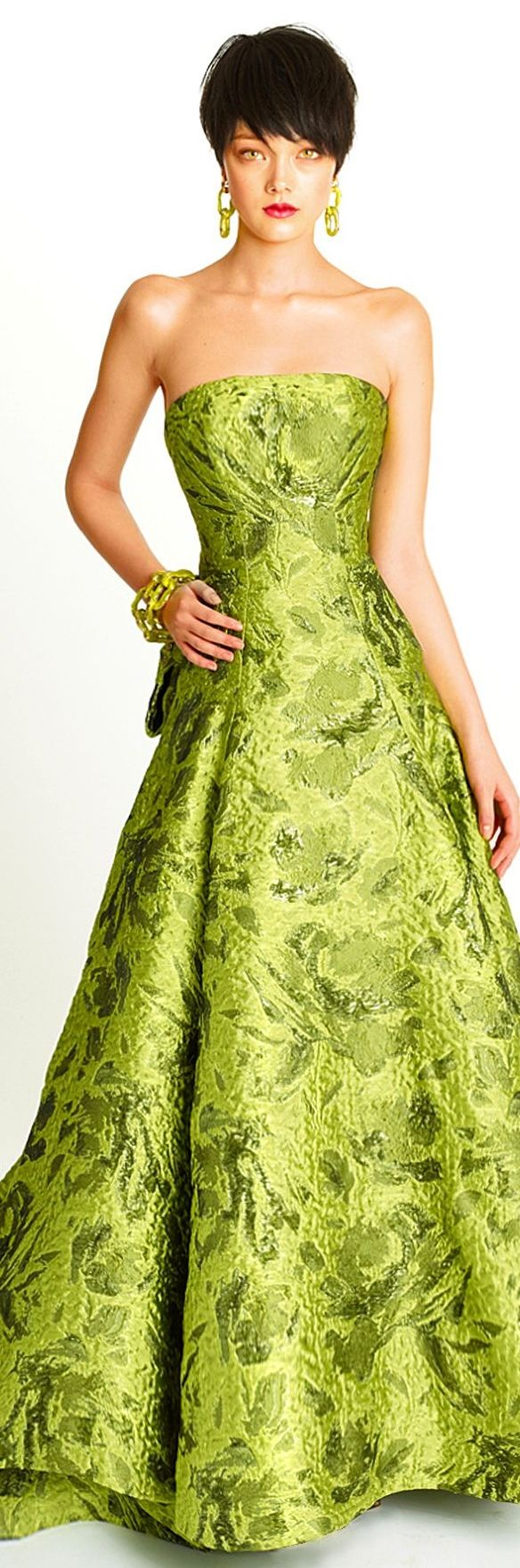 Oscar de la Renta Pre-Fall 2014. I know I've pinned this before. But it's just such a spectacular gown that I couldn't help myself from pinning it again.