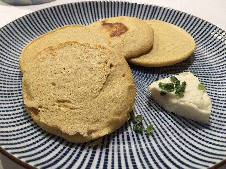Snack sportif : pancakes salés aux pois chiches, tartinés à la vache qui rit, parsemée de ciboulette