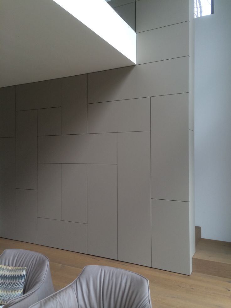 Schrankwand, die in Lowboard als Galleriebrüstung übergeht. Treppe hinter der Wand und ausziehbarer Sekretär in der Wand.