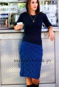 Синяя вязаная юбка из кос спицами