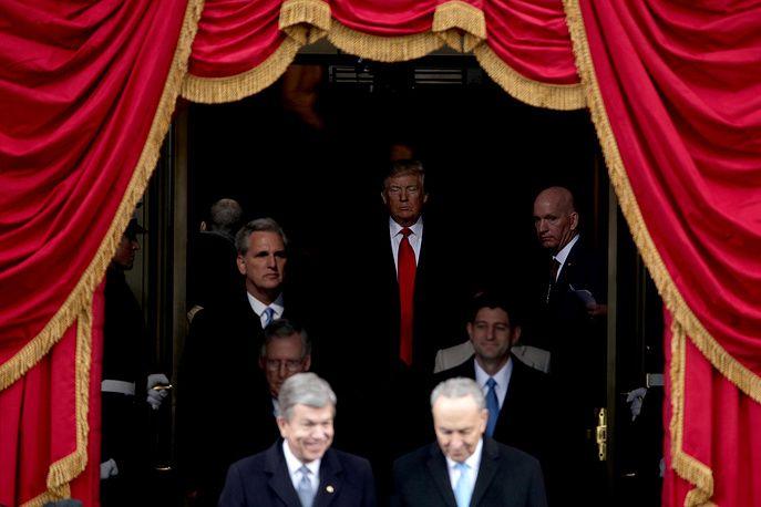 Избранный президент США Дональд Трамп выходит на западный портик Капитолия