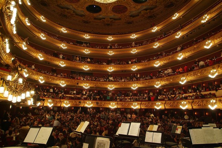 Liceu in Barcelona (Gran Teatre del Liceu) is one of the most iconic and spectacular buildings we have in Barcelona. But see outside is not enough. If you have opportunity, we recommend making any visits to the Liceu of Barcelona.