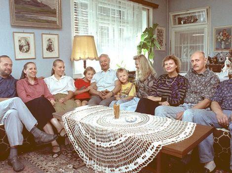 Dubcek gezellig samen met zijn familie in zijn huis in Bratislava, Slowakije.