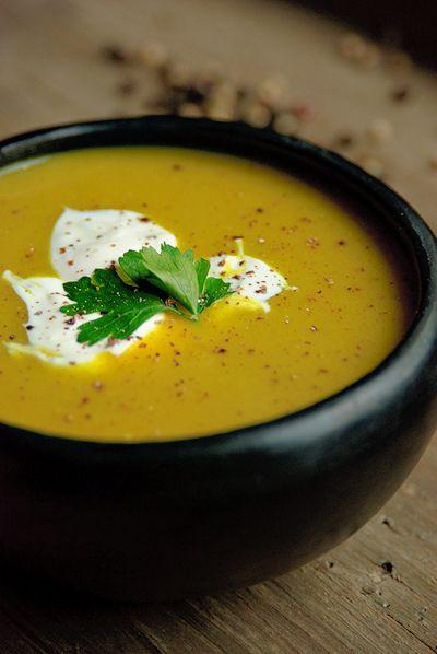 Bereiden: Meng de kruiden samen met het water tot een dikke pasta. Verhit de olie en fruit hierin de uien glazig. Voeg de knoflook en gember toe en fruit even kort mee. Roer de kruidenpasta en aardappels erdoor. Giet de kippenbouillon erbij en roer alles goed door. Breng het aan de kook, temper het vuur en kook de soep ca.