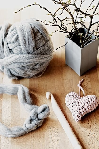 I'm in love with this free #crochet heart pattern for a chunky pillow made with wool roving. By @l_ebenslustiger.