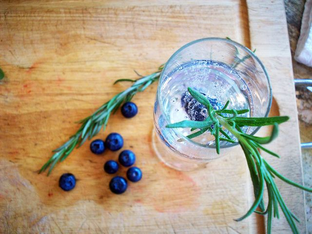 rosemary blueberry gin fizz | Mouth Watering Drinks | Pinterest