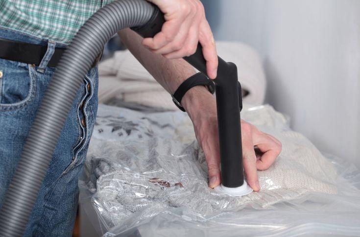 Está faltando lugar no guarda-roupa? Uma ótima solução é utilizar o saco a vácuo, pois comprime as peças e faz com que economize espaço.