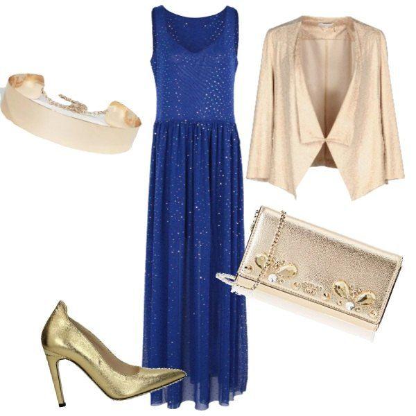 brand new 7347f 8dd3a L'outfit si basa su un abito lungo blu impreziosito da una ...