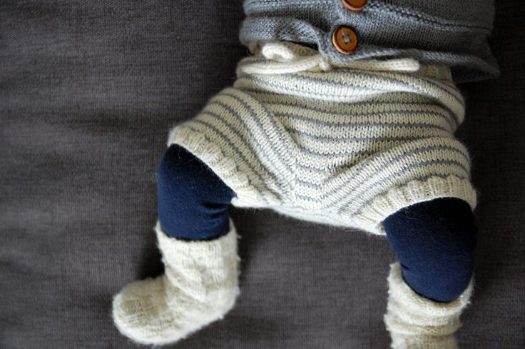 Se lige de små lækre ben i strømpebukser og strikkede shorts – hvem kan stå for det? Ikke mig i hvert fald... Det er simpelthen for kært.♡ Generelt er vi vilde med strik herhjemme, og bruger det d...