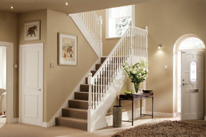 recibidores originales, casa con escaleras, recibidor con aportador de madera, jarra con rosas blancas, alfombra