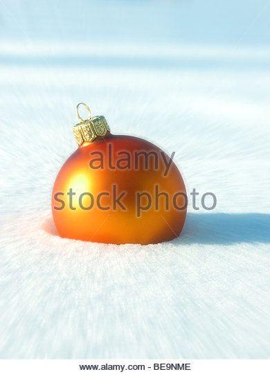 Оранжевый Рождественский бал орнамент в снегу - Orangene Christbaumkugel им Schnee - Stock Image
