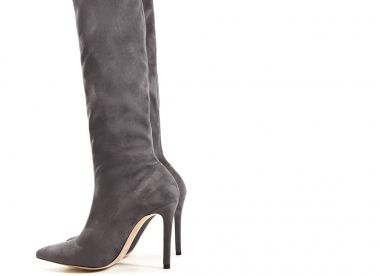 76eaacaf2 Xanadu es una bota de punta fina fabricada en ante stretch de color gris.  Cuenta