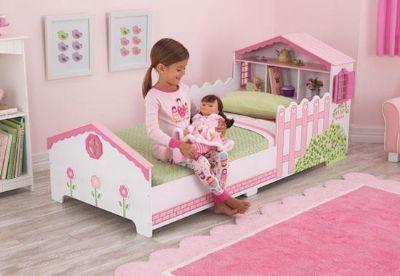 Kidkraft poppenhuis kleuterbed Overstappen van een ledikant naar een echt bed is voor elk jong kind spannend. Door de lage hoogte kan uw kind zelf in bed klimmen. Voorzien van vele opbergmogelijkheden in het hoofdeinde. De raampjes aan de zijkant van het hoofdeinde kunnen open en dicht. Het bed heeft de volgende eigenschappen: Geschikt voor de meeste wieg, bed matrassen (140 cm W x 70 cm D) Laag genoeg bij de vloer zodat kinderen er makkelijk in kunnen. Kussens, hoeslakens en matras niet…