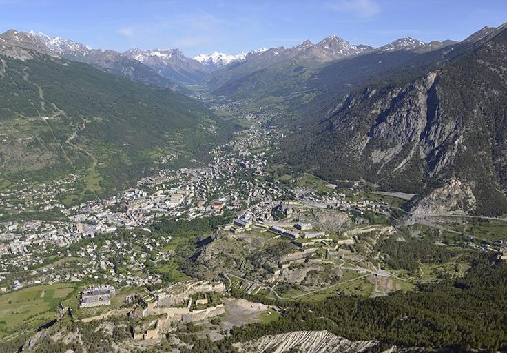La vallée de Serre Chevalier, dans les Hautes Alpes, région Provence alpes côte…