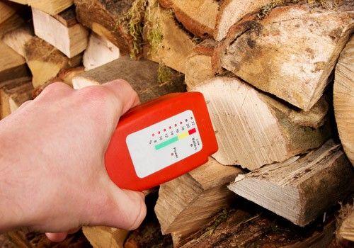 Holzfeuchte definiert die im Holz enthaltene Wassermasse bezogen auf die trockene Masse des Holzes. Mehr dazu im Holz Kahrs Holzlexikon.