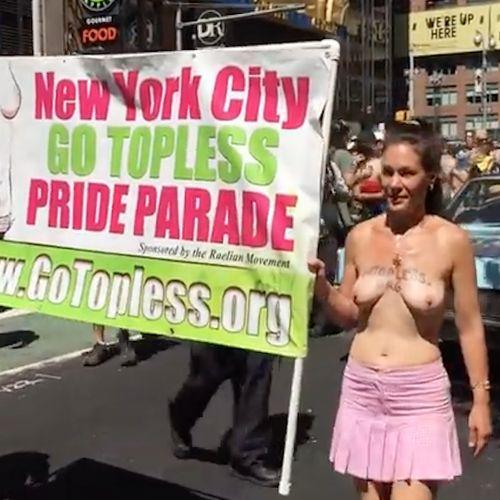 Al GoToplessDay hanno sfilato uomini e donne a seno nudo per rivendicare la parità dei sessi e il diritto di prendere il sole in spiaggia senza costume.