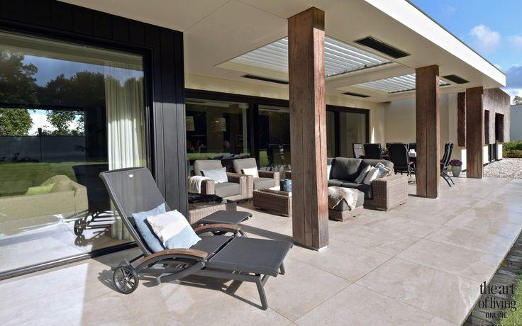 TERRACE   LOUVRE DAK LIVIUM   FURNITURE 4 SEASONS OUTDOOR   @THEARTOFLIVINGONLINE   #outdoor #garden #terrace #terras #furniture #tuinmeubelen #tuin #shutters
