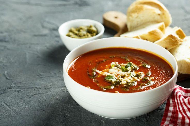 Önce fesleğen ve domatesin kokusu sizi cezbedecek, içtikten sonra ise midenizi ferahlatacak fesleğenli domates çorbası için tencereler kaynasın.