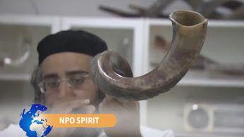 Topdrukte voor sjofarmaker  Grote drukte in de sjofarfabriek in Israël. Er is momenteel veel vraag naar deze traditionele joodse instrumenten, omdat het joods nieuw jaar, Rosj Hasjana, voor de deur staat. De sjofar is een belangrijk instrument binnen het jodendom en het wordt gebruikt bij verschillende gebeurtenissen. Zo roept het instrument bijvoorbeeld tijdens Rosj Hasjana op tot bezinning en berouw.  http://www.spirit24.nl/#!player/showlist/program:45079904/group:37200368