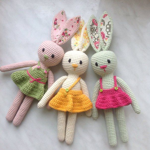 Look at these little cuties!! Amigurumi Free Patterns shares this little bunny pattern for free via the link. LOVE.