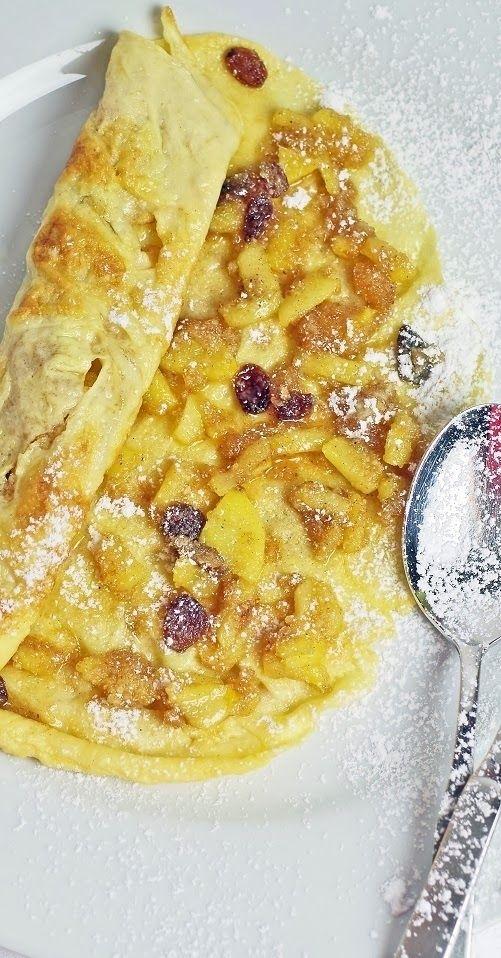 Palatschinken mit einer Apfelstrudel-Füllung und Schlag-Sahne