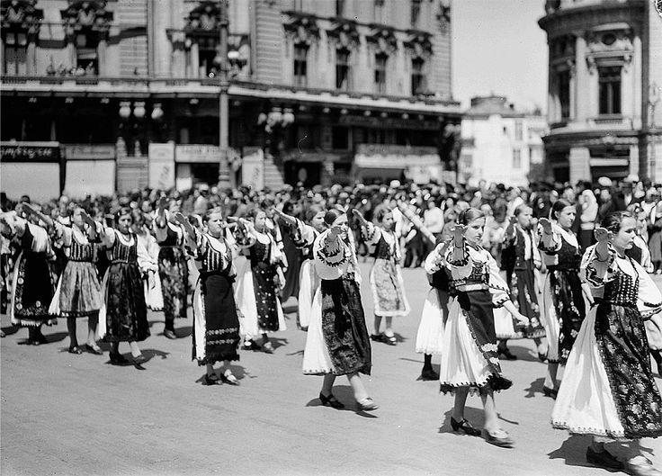 Femei-străjeri defilează în Piața Palatului, 1937.  Foto: Willy Pragher