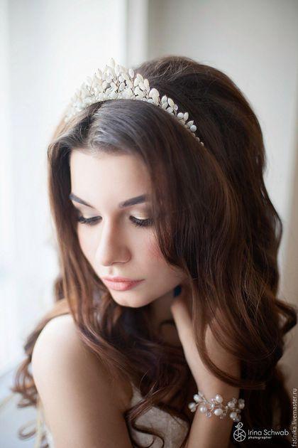 Купить или заказать Свадебная диадема из нат перлмутра / корона для невесты в интернет-магазине на Ярмарке Мастеров. Свадебные украшения, свадебная диадема, диадема для невесты, украшение свадебной прически, гребень свадебный Диадема для невесты сплетена из ювелирной проволоки, натурального перламутра, камня кошачий глаз и прозрачных кристаллов Это свадебное украшение станет утонченной деталью в вашем образе. --------------------------------------------------- Свадебные аксессуары, сваде...