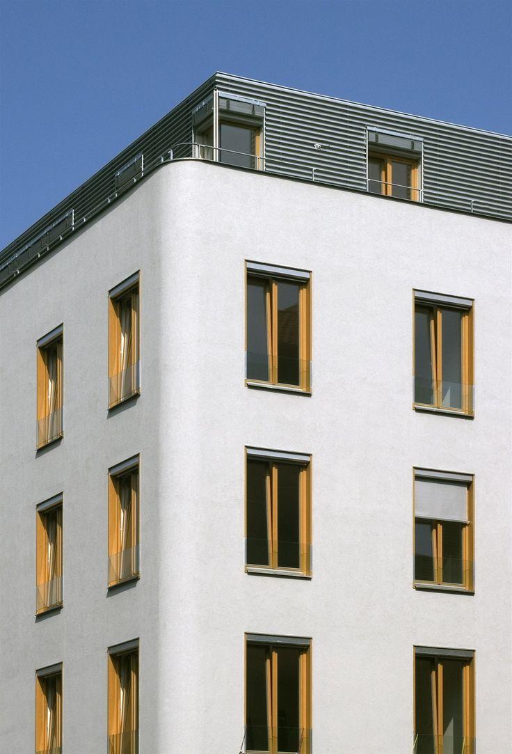 Členění bytové novostavby respektuje původní parcelaci, barevnost zase vychází z okolních staveb. Dům se okolí vymyká pouze svými dřevěnými okny. | na serveru Lidovky.cz | aktuální zprávy