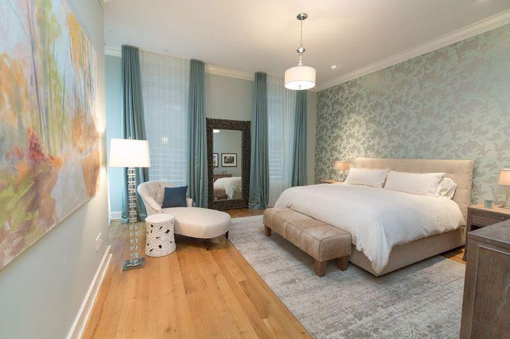 Dieses Schlafzimmer füllt seinen Raum mit kühlen Farben, Texturen und Mustern.