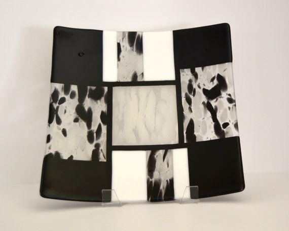 Blanco y negro fundido vidrio plato plato por FireandFusionDesign