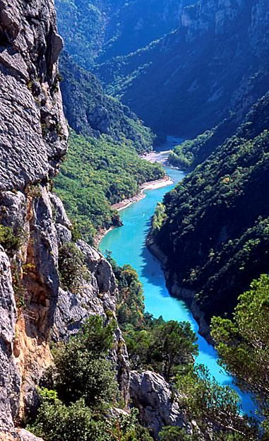 Les Gorges du Verdon dans les Alpes-de-haute-Provence, France http://www.grandangle.fr/circuit/18739_verdon,_gr4_et_grand_canyon