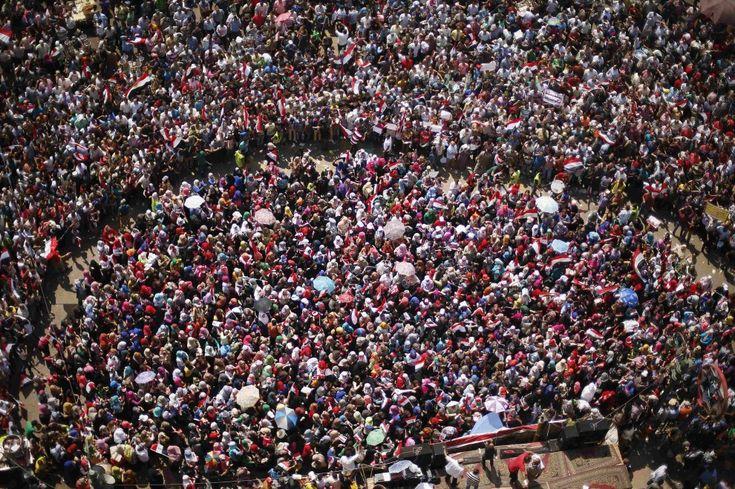 Uno scudo di centinaia di uomini proteggono le donne egiziane in piazza Tahrir.