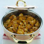 Per un secondo di carne dal sapore orientale, porta in tavola i bocconcini al curry: scopri su Sale&Pepe la ricetta di questo gustoso spezzatino di pollo.
