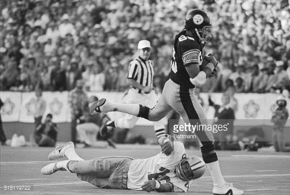 Pittsburgh's Lynn Swann runs past Cowboys' Mark Washington for a 4th quarter touchdown and a Super Bowl X win