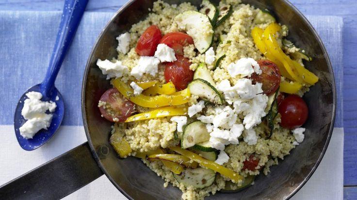 Es muss nicht immer Fleisch sein: Hirse-Gemüse-Pfanne mit Kirschtomaten und Schafskäse |