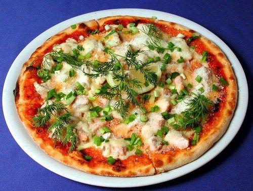 Пицца с сельдью и яйцами