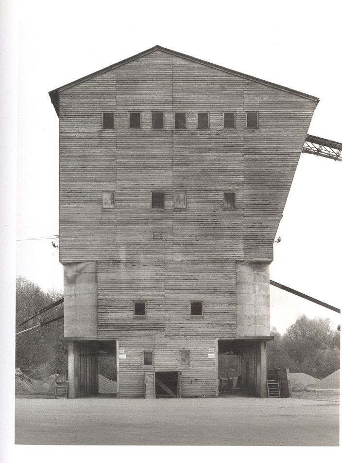 Je n'aime pas ce bâtiment, car je le trouve non proportionel. La partie du haut est visuellement dérangeante