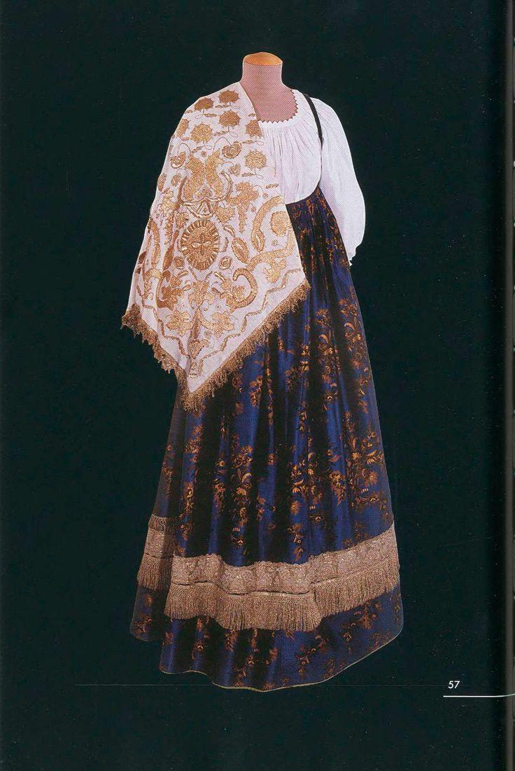 Костюм молодой женщины (длина - 127 см). Состоит из рубахи, шелкового сарафана-«атласника», кокошника и золотного платка. Начало XX века. Олонецкая губерния