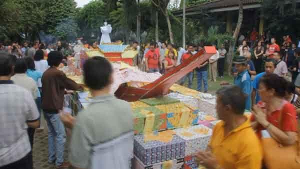 Kirim Doa untuk Para Leluhur, Puluhan Umat Budha Bakar Replika Kapal