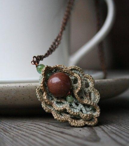 Lagrima con ondas a crochet y piedras