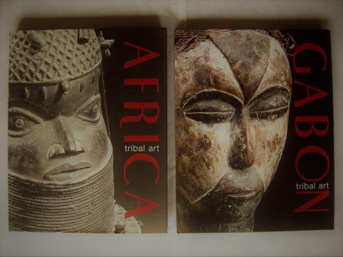 Lot met 2 boeken (in 3 talen) op het Afrikaanse tribale kunstcollecties.  1. Diana Weiss (editor) - Gabon Tribal Art - Edition Schulte / Weiss 2005-236 pp. met 174 platen van de kleur van de volledige pagina van meer dan 200 voorwerpen - Hardcover met stofomslag - 31 x 25 cm.Met bijdragen van Cees op die 't Land Peter de Boer en Bernd Leicht op:Adouma - Ambete - Bulu - Fang - Ngil masker - Galoa - Kota - Kwele - Lumbo - Punu - Tsangui - Teke - Tsogho - Vuvi.2. Diana Weiss (editor) - Afrika…