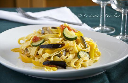 Fettuccine alle verdure: una cena perfetta per una sera d'estate! Io stasera quasi quasi la provo, per di più sembra facilissima con la ricetta passo passo!