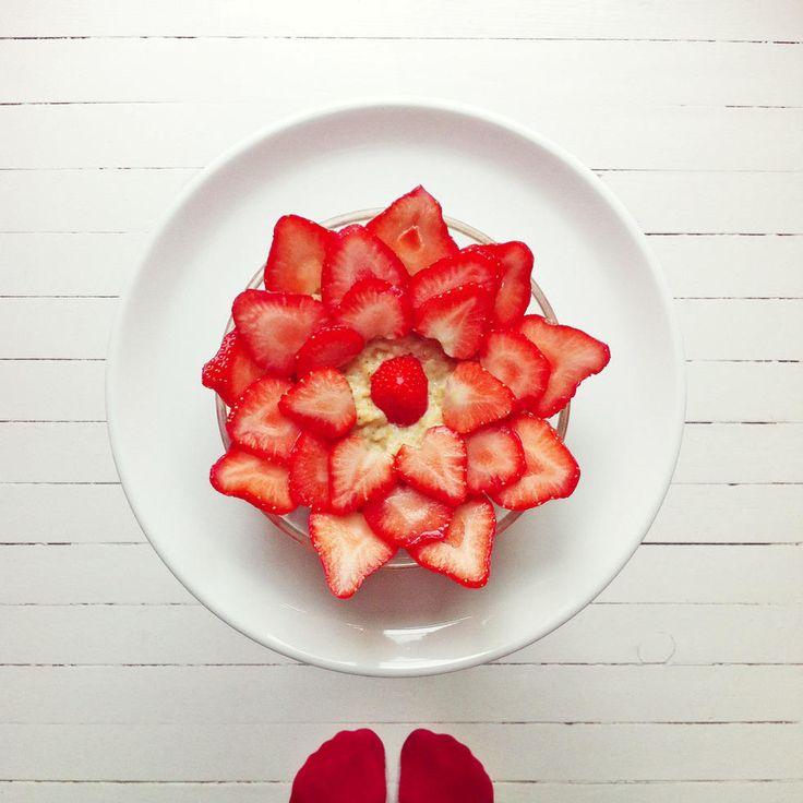Rosegrøt  - Ha en rosenrød morgen! Få hverdagsgrøten til å blomstre ved å toppe den med en vakker jordbærrose, oppfordrer matkunstner IdaFrosk.
