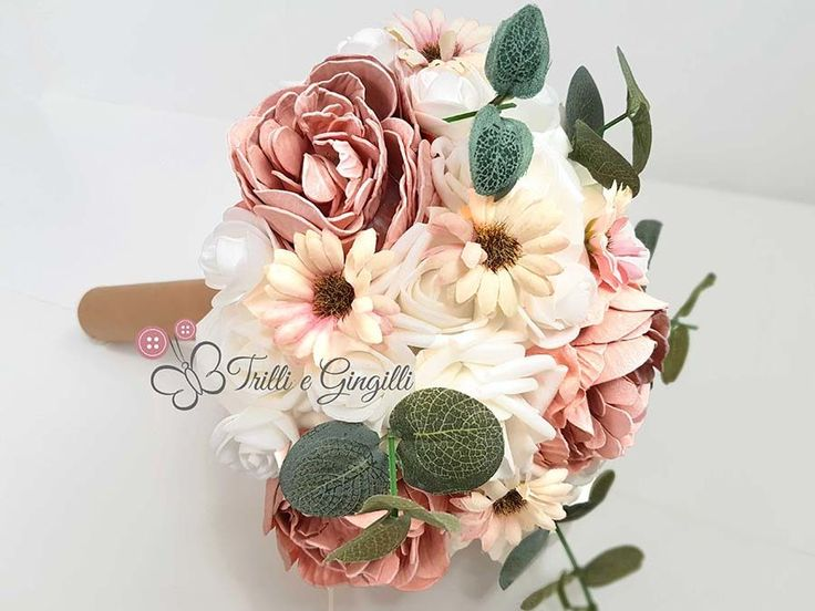 bouquet di margherite e rose e peonie