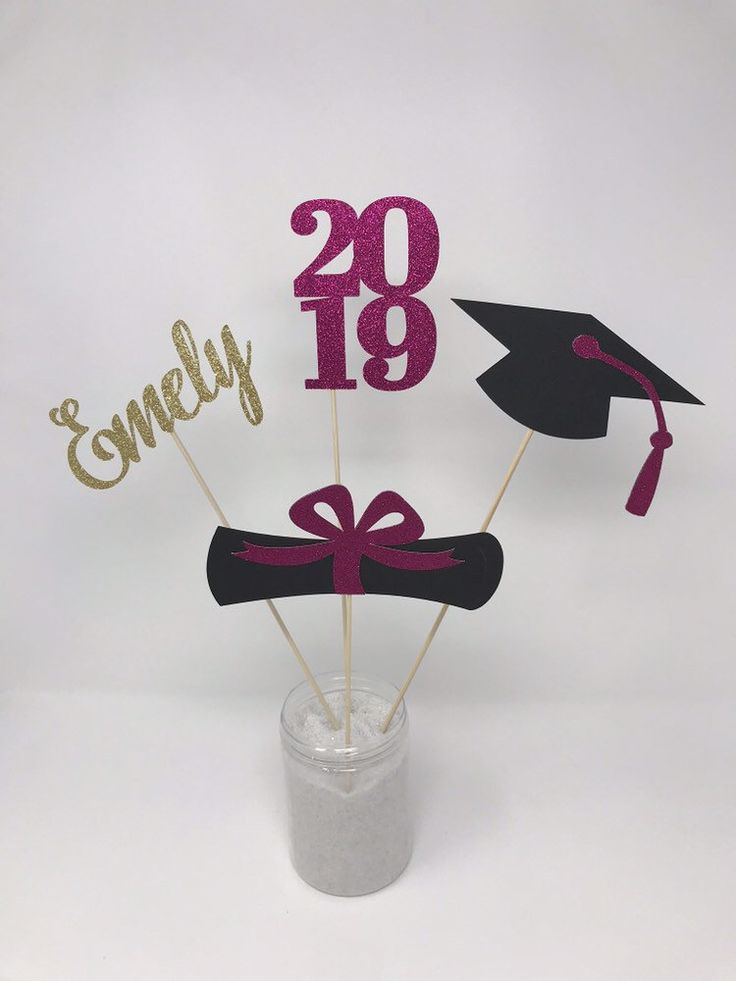 Abschlussfeierdekorationen 2019, Abschluss-Mittelstück-Stöcke, Absolvent, Kappe, Diplom, 2019, Name-Mittelstück, rosa Abschlussdekor