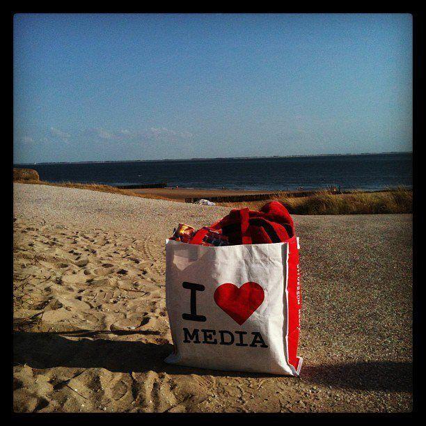 Je kan mosselen en haaientanden zoeken, of lekker luieren aan de Zeeuwse kust. Fijn dat onze I love Media tas ook mee mocht. Mooie foto van Marlies