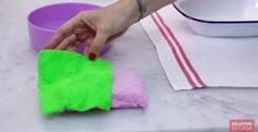 Come igienizzare le spugne della cucina  Non basta sciacquarle, le spugne della cucina vanno anche igienizzate. Come? Guardate il video e lo scoprirete